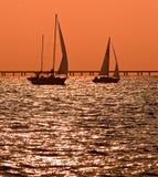 Deux bateaux à voiles au crépuscule Photographie stock