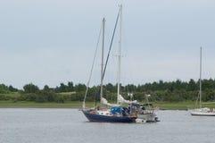 Deux bateaux à voiles dans le port Photos stock