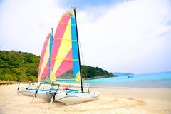 Deux bateaux à voiles par une plage sablonneuse Photo stock