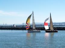 Deux bateaux à voiles sous des Spinnakers fonctionnant dans le port Images libres de droits