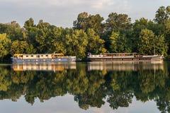 Deux bateaux au lever de soleil sur la rivière le Rhône Images stock
