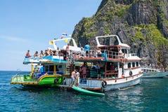 Deux bateaux avec des touristes sont dans la lagune images stock