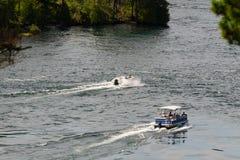 Deux bateaux avec un sillage Image libre de droits