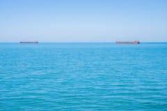 Deux bateaux-citerne sur l'horizon de la Mer Noire Photo stock