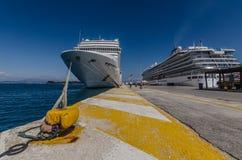 Deux bateaux de croisière dans le port Photos stock