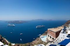 Deux bateaux de croisière et d'autres bateaux dans Santorini Photographie stock libre de droits