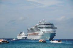 Deux bateaux de croisière s'approchent des îles des Caraïbes Image stock