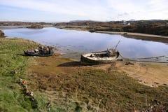 Deux bateaux de pêche échoués sur la plage irlandaise Photographie stock libre de droits