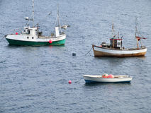 Deux bateaux de pêche et un bateau sur le point d'attache Photos libres de droits