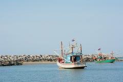Deux bateaux de pêche flottant sur le ciel bleu de mer de palourde d'espace libre bleu de wity Photos libres de droits