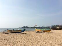 Deux bateaux de pêche jaunes sur la plage vide Photos stock