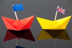 Deux bateaux de papier avec le cric des syndicats et le drapeau d'Union européenne Photographie stock libre de droits