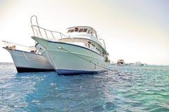 Deux bateaux de plongeur ancrés à la Mer Rouge Images stock