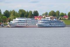 Deux bateaux de rivière de croisière près de la banque de la Volga photographie stock libre de droits