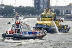 Deux bateaux de sauvetage aux jours de port du monde images stock