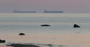 Deux bateaux en mer le soir clips vidéos