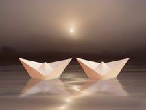 Deux bateaux et couchers du soleil Photographie stock libre de droits