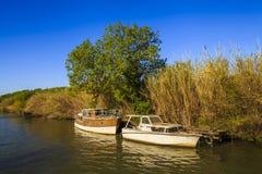 Deux bateaux flottant sur la rivière Photo stock