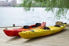 Deux bateaux kayaking sur la plate-forme en bois à la station près du lac Image libre de droits