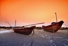 Deux bateaux ont été garés ensemble Photo libre de droits