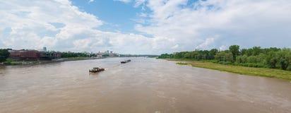 Deux bateaux sur la rivière de Wis?a à Varsovie, Pologne Photos libres de droits