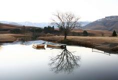Deux bateaux sur le barrage de Castleburn Image libre de droits