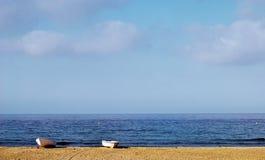 Deux bateaux sur le sable Photographie stock libre de droits
