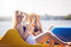 Deux beautés sur le bateau de palette Photos libres de droits