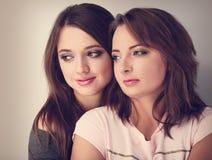 Deux beaux amie calmes regardant avec l'amour et la fin de support naturelle Image stock