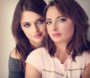 Deux beaux amie calmes regardant avec l'amour et le te naturel Photos stock