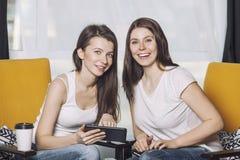 Deux beaux amis de femmes parlant des sourires heureux parmi Photos stock