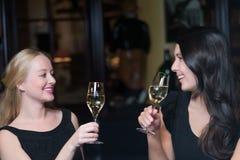 Deux beaux amis de femmes se grillant Images libres de droits