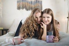 Deux beaux amis féminins ont l'amusement à l'intérieur Amitié femelle Photographie stock