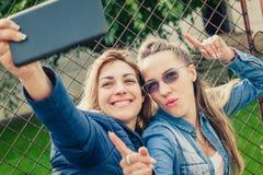 Deux beaux amis faisant le selfie Images stock