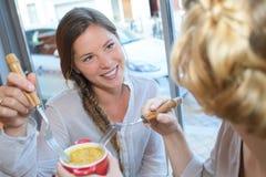 Deux beaux amis mangeant dans le restaurant Photo stock