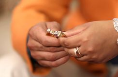 Deux beaux anneaux sur la cérémonie d'anneau photo stock