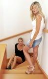 Deux beaux blondies sur les escaliers Photo libre de droits