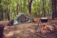 Deux beaux couples se couchant dans la tente dans un terrain de camping, ainsi ha Photo libre de droits