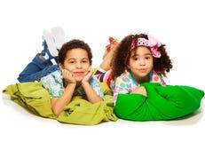 Enfants s'étendant sur des oreillers Images libres de droits