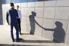 Deux beaux entrepreneurs sûrs de jeune homme à se réunir et gree Image stock