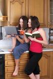 Deux beaux femmes essayant de faire cuire Image libre de droits
