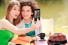 Deux beaux femmes se photographiant Photos libres de droits