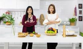 Deux beaux jeunes et femme asiatique de Moyen Âge travaillant ensemble photos libres de droits