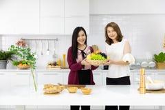 Deux beaux jeunes et femme asiatique de Moyen Âge travaillant ensemble photo stock