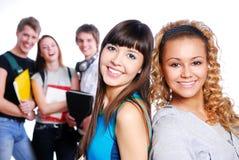 Deux beaux jeunes étudiants féminins Photos libres de droits