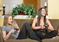 Deux beaux jeux vidéo femelles de jeu d'amis Photos stock