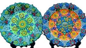 Deux beaux plats colorés avec la fleur turque traditionnelle fleurie, d'isolement sur le fond blanc photos stock