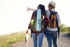 Deux beaux randonneurs de dames marchant sur la route Photos libres de droits