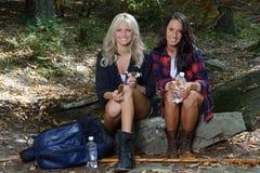 Deux beaux randonneurs féminins font une pause Photographie stock libre de droits
