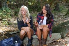 Deux beaux randonneurs féminins font une pause Images libres de droits